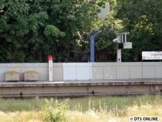 Auf der anderen Seite sind die neuen Säulen und die neue Zugzielanzeige auch schon installiert.