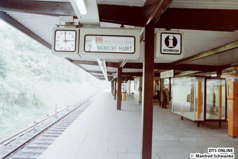Die Zugzielanzeige ist bereit: Obwohl noch nicht eröffnet soll hier gleich eine U2 nach Niedorf Markt fahren.