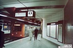 Der Pressezug im Bahnhof Hagendeel. Die Zugzielanzeige oben zeigt an: U2 BETRIEBSSTÖRUNG - BUSERSATZVERKEHR, BITTE BENUTZEN SIE DIE BUSSE VOR DER HALTESTELLE