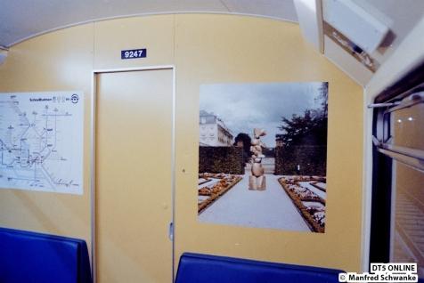 Im Wagen 9247 hängen verschiedene Aufkleber, als Werbeaktion für eine Kunstausstellung / Kunstaktion