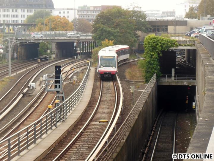 Der DT4 dürfte etwa gerade die Lage der alten Haltestelle Berliner Tor passiert haben. Hinten im Hintergrund befindet sich die Streckenzentrale.
