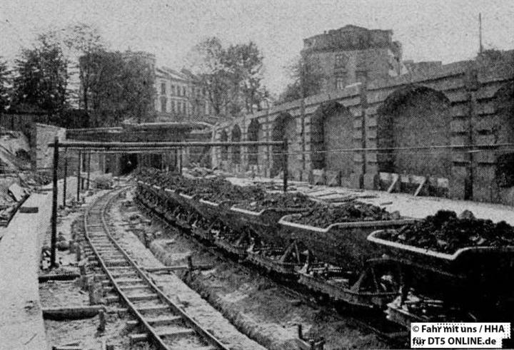 Bau der Haltestelle Berliner Tor, Blick in Richtung Hauptbahnhof, 1908. - Foto: HOCHBAHN / Fahr mit uns 3-1962