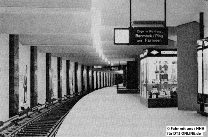 """Links im Bild zu erkennen sind die provisorischen Mauern. """"Die neue - unterirdisch angelegte - Haltestelle Berliner Tor"""" - Foto: HOCHBAHN / Fahr mit uns 2-1964"""