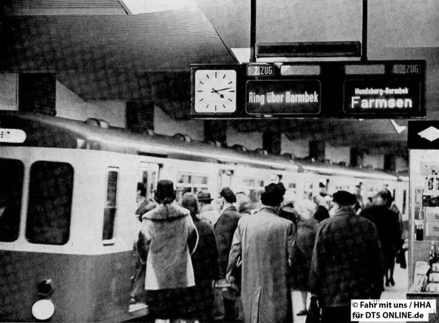 """""""Berliner Tor: Der nächste und der dann folgende Zug werden angezeogt. Die Versuche mit diesem neuen automatischen Fahrtrichtungsanzeiger sind noch nicht abgeschlossen"""" - Foto: HOCHBAHN / Fahr mit uns 2-1965"""