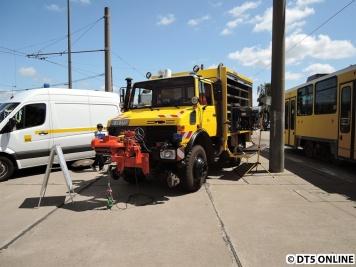 """Hilfsgerätewagen. """"Der UNIMOG kommt bei Entgleisungen und schweren Unfällen zum Einsatz. Er ist speziell zum Bergen von Straßenbahnen auf Straßen und in Schwellengleisen ausgerüstet. Eine Hydraulikspezialausrüstung (...) kommt beim Bergen von Niederflurfahrzeugen zum Einsatz. Den dafür notwendigen Druck erzeugt der UNIMOG selbst. Mit Hilfe einer Spezialkupplung können alle Straßenbahnen der BVG bis zu einem Gesamtgewicht von 62t (Doppeltraktion/GT 6-XX) und einer maximalen Fahrgeschwindigkeit von 20km/h geschleppt und abgebremst werden. Mit einem Schneepflug bzw. einer Kehrwalze zusätzlich ausgerüstet, kann er auch für die Aufrechterhaltung der Betriebsfähigkeit der Werkstätten eingesetzt werden."""""""