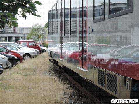 Am Zug sind auch nicht einfahrbare Trittbretter, wie bei der S-Bahn
