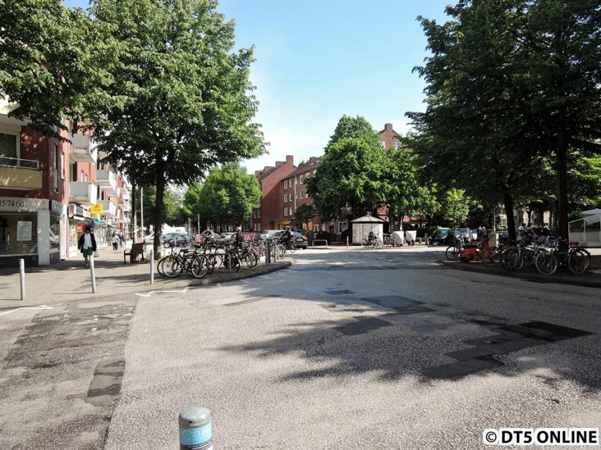Direkt hinter der Kreuzung würde heute der Eingang liegen, ungefähr dort, wo die Straße verläfut.