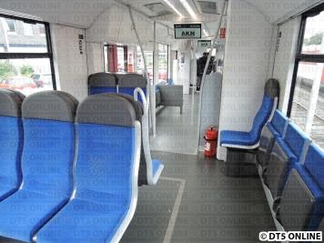Ganz vorn noch eine Drei-Sitze-Reihe, hinten ist ein Einzelplatz vorhanden.