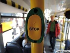 Stop-Knopf mit Blindenschrift. Man merkt sogar richtig, wenn das Drücken erfolgreich war...