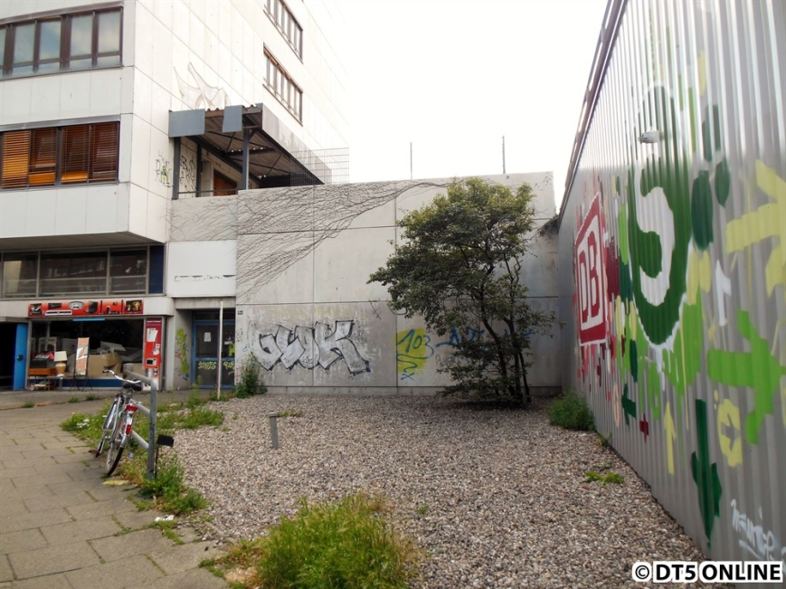 An dieser Stelle hätte man heute in die Schalterhalle gesehen oder schon in ihr gestanden. Die Bahnhöfe der U+S-Bahn lagen direkt nebeneinander.