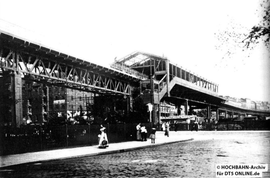 Haltestelle Spaldingstraße im Bau. Im Hintergrund ist das im Zweiten Weltkrieg zerstörte Hammerbrook zu sehen. Foto: Archiv HOCHBAHN