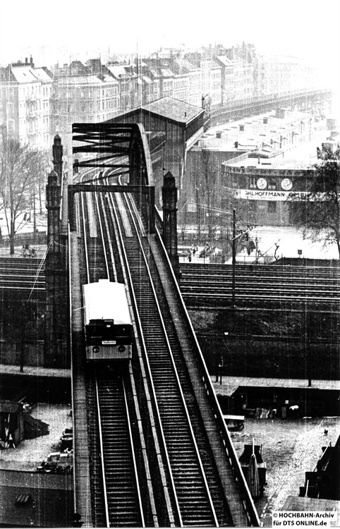 Ein einzelner T-Wagen mit zwei Führerständen zwischen Spaldingstraße (hinten) und Hauptbahnhof. Foto: Archiv HOCHBAHN