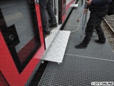 Einige Züge haben noch ausfahrbare Trittstufen, um notfalls für alte VT an tiefen Bahnsteigen halten zu können