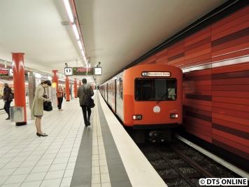 Verschiedene Rot-Töne am Zug treffen auf verschiedene Farbnuancen an der Wand in Wartenau