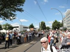 An der Siegfriedstraße standen viele Berliner und guckten sich diese ungewöhnliche Fahrt an. Währenddessen war der Betriebshof deutlich leerer. Die Parade bildete den Abschluss des Kiek-mal-rin-Wochenendes der BVG