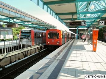 In Farmsen kommt dann ein DT2-Zug vom Betriebshof in den Bahnhof gefahren, für ihn geht es auf Gleis 11 (südliches Kehrgleis)