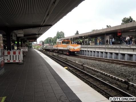 Gegen halb zwölf fährt die Akkulok mit einer Lore aus der Kehranlage Ohlsdorf hinauf zum Lagerplatz.