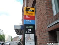 Eine Bushaltestelle mit DFI nahe des Bahnhofs Forum