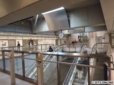 Hinter der Tür erreicht man die Vorhalle des Bahnhofs Forum. Hier fahren Züge der M1 und M2.