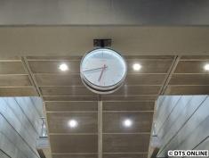 Die Uhren sind mit LED-Bändern beleuchtet