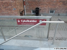 Ein Hinweisschild weist auf die Fahrradschiene hin