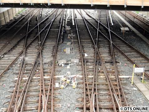 Noch liegen hier einige Teile herum... Auch fehlt die Stromschiene hier, solange ein Zug nicht anhalten muss, funktioniert es ja.