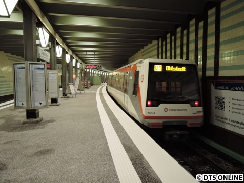 Der erste Zug in der Haltestelle