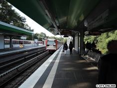 Nur selten halten in Wandsbek-Gartenstadt Züge in beide Richtungen einer Linie an einem Bahnsteig...