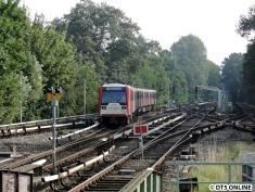 Infolge eines Brückenanfahrschadens war die Ausfahrt vom Gleis 2 in Wandsbek-Gartenstadt in die Kehre gesperrt. Deswegen musste über den Gleiswechsel an Gleis 3 gehalten werden. Während der Nebenverkehrszeit....