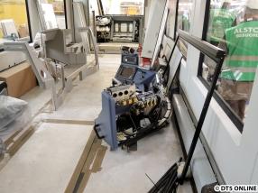 Auch das Fahrerpult wird jetzt eingebaut. Es ist hochkomplex - komplexer als manch einer denkt. Sogar die Türelektronik ist beeindruckend komplex für Außenstehende.