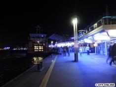 Eine Fähre an den blauen Landungsbrücken
