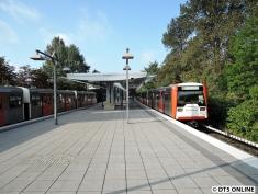 Daher begegneten sich diese U1 (links, 9 Wagen DT3) und ein U3-Zug (links, 6 Wagen DT3) in Trabrennbahn