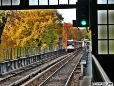 """Aus der Haltestelle Uhlandstraße. Der Zug hat gerade den Kuhmühlenteich """"unter sich"""""""