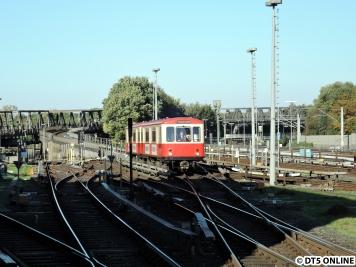 Der DT1-Zug nährt sich der Haltestelle