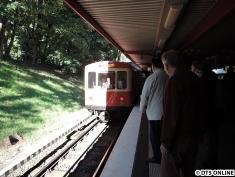 Zug kommt mit eingeschaltetem Rücklicht zurück