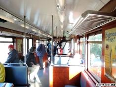 Blick durch den Wagen. Der Hanseat ist bekanntlich als Partywagen mietbar, weshalb er Lautsprecher, Tische, eine Bar, einen Wagendurchgang sowie ein WC nachgerüstet bekommen hat