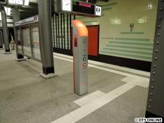 Die Notrufsäule wurde gedreht. Sie zeigt nun in Richtung Bahnsteigmitte (normalerweise immer zum Ausgang hin)