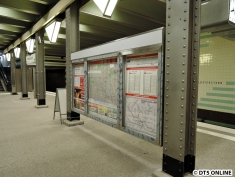 """Zunächst stand nur ein """"Kundenstopper"""" (so nennen sich diese Aufsteller) mit den Fahrgastinformationstafeln auf dem Bahnsteig, inzwischen wurde eine neue Tafel eingehängt. Sie ist nun das Standard-Modell und keine Maßanfertigung mehr wie die alte. Es passt nun alles in üblichen Maßen herein."""