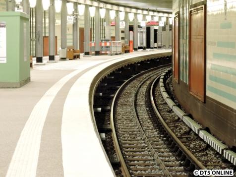 """Bahnsteigkante im Detail: Man sieht den """"Aufbau"""" und die Stufen"""