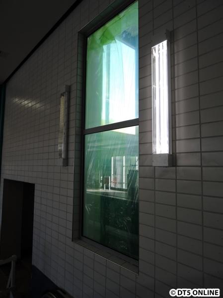 Aus dem Aufzugschacht kann man in die Haltestelle gucken