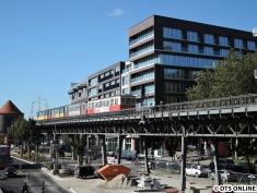 Der Vierwagenzug am Hafenrand erreicht in Kürze...