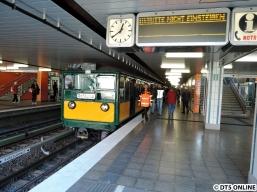 Es folgt der T-Wagen-Zug mit Wagen 220 an der Spitze