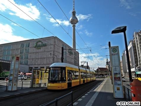Verkehrsmittelwechsel: Die Tram nahe des Alexanderplatzes. Tag 1 nach der Eröffnung der neuen...