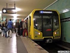 Weiter zum Alexanderplatz: Hier ein H-Zug auf der U8