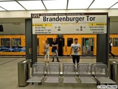 Eines Tages, wohl gegen Ende des Jahrzehnts wird die U5 mit der U55 verbunden. Hier die Haltestelle Brandenburger Tor.