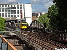 """Die U2 endet baubedingt am Gleisdreieck. Hier der erste (und einzige) """"Gisela""""-Zug kurz vor besagter Haltestelle."""