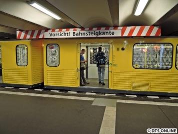 Am Theodor-Heuss-Platz wird vor der Bahnsteigkante gewarnt. Soweit ich weiß ist das einzigartig. Der Fotograf kommt gerade vom Eingang - befürchtet man etwa, dass die Leute nicht sehen, wo der Bahnsteig zuende ist?