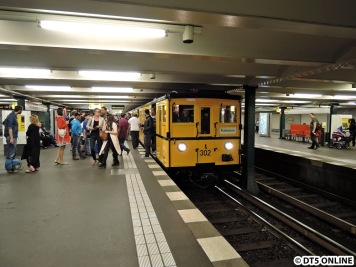 Am Wittenbergplatz ein 3-Wagen-Museumszug des Kleinprofils. Er fuhr anlässlich einer langen Öffnung des U-Bahn-Museums.