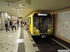 Der Hauptbahnhof wird niemals der echte Hauptbahnhof sein, das ist für die Berliner ihr Bahnhof Zoo. Hier ein H-Zug auf der U9 am Bahnhof Zoologischer Garten