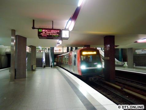 5:27h am Berliner Tor: Der erste U4-DT5 setzt ein. Es ist 313/325